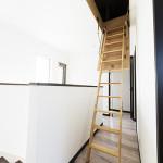 小屋裏収納へのはしご